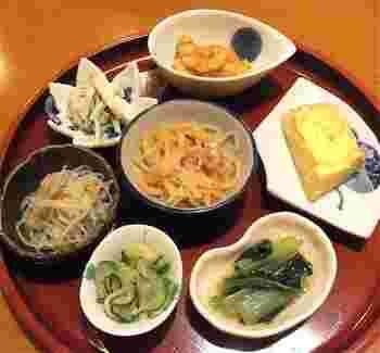 メインのおかずの他にお惣菜が7種も付いてきます。色々なおかずを少しずつ頂けるのが女性に人気♪