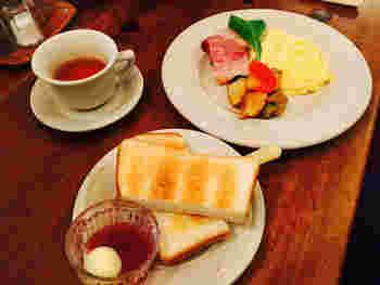 """オーナーの出口さんご夫妻がこのお店を始めたきっかけは、アメリカ・ニューイングランド地方を旅行中、美味しい""""朝ごはん屋さん""""に出逢ったことから。朝早くから多くの人が朝食を楽しんでいる光景を見て、日本にも朝食専門のカフェを・・・と、キャボットコーヴをOPENしたのだそう。"""