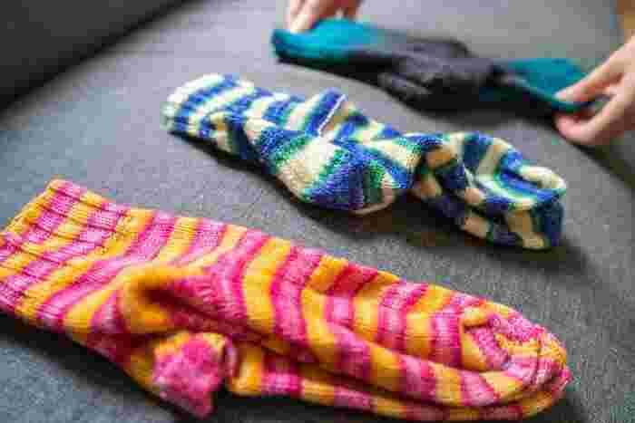 靴下を収納する際、履き口をくるりと丸めて、ふたつの靴下をセットにするという方法はよくありますが、実はこの収納方法は靴下の痛みを増長させるやり方です。  履き口の部分で丸めると、ゴムが伸びたままの状態になってしまいます。ゴムが伸びた靴下は古びた印象を生み出します。