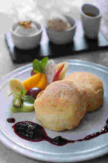 """""""天にも昇る気持ちになれるほどおいしい""""と評判なのが「天上のヴィーガンパンケーキ」。パンケーキの植物性チーズの香ばしさと、自家製アイスクリームの相性は抜群。他では食べることができない味を求めるファンも多い1品。"""