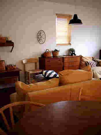 テイストはまとまっているものの、いろいろな家具が詰め込まれた印象のこちらの部屋が…
