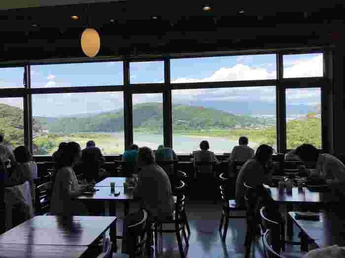 施設内各所から、その威風堂々とした富士の雄姿が望めますが、お薦めは、食事をしながら望むことが出来る2階「富士山フードコートテラス」、3階の「パノラマレストラン 駿河路」、4階のカフェ「CAFE 富士山のめぐみ」の窓際の席です。