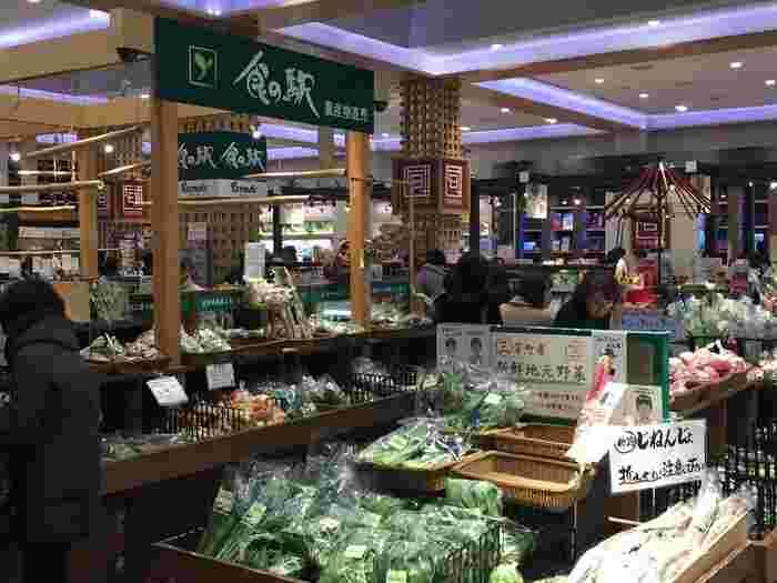 最近では、パッケージされた既製の菓子や珍味などの加工品に加えて、地場産の新鮮野菜や果物、鮮魚や精肉といった生鮮品、手作り弁当や生菓子といった、「産地直売所」や「道の駅」のような品揃えをする施設も見受けるようになりました。 【新鮮な地元産の農産物も種類豊富に並ぶ三芳PA(上り)「食の駅」】