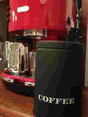 カフェヴィヴモンデイモンシュのコーヒー缶は、マスターのこだわりが垣間見えるシックなデザイン。