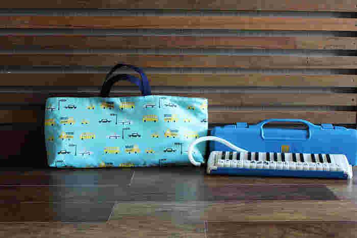 小学校に上がると必要になる「鍵盤ハーモニカ」用のバッグにも、丈夫なキルティング生地はおすすめ。基本の手提げを応用して作ります。