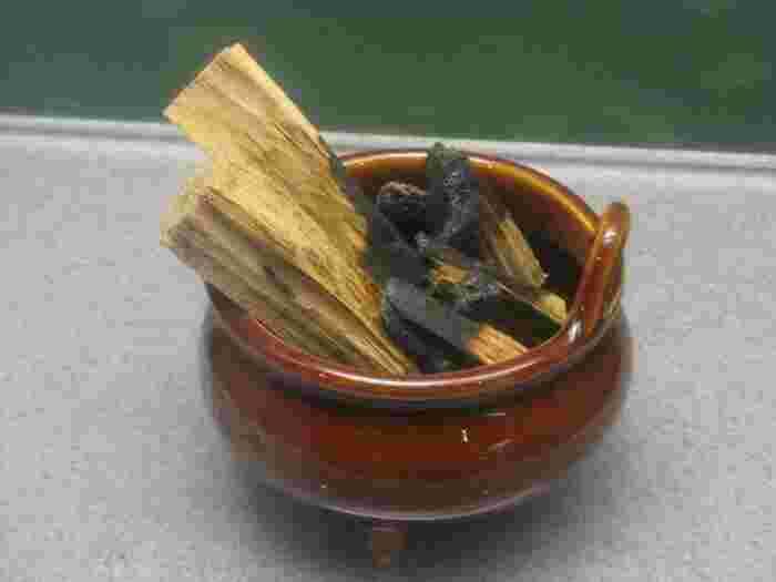 お香に使われているのは、すべて自然界にある天然の香料。白檀(びゃくだん)や沈水香木(ぢんすいこうぼく)などの香木、そして桂皮(けいひ)や安息香 (あんそくこう)などが原料として使われてきました。中には現在は入手困難になってしまったものも…。