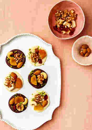 チョコレートにナッツやドライフルーツをトッピングしたマンディアンは、おつまみにもなる素敵なフィンガーデザート。ジンジャーパウダーがいいアクセントになります。
