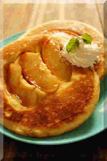 キャラメリゼしたりんごをそのままパンケーキに閉じ込めました。りんごの入っている部分とプレーンな部分の両方を楽しめるので、飽きずに最後まで美味しく食べることができますね。