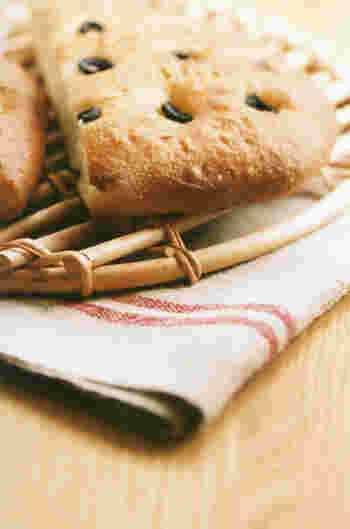 フォカッチャは、イタリアの平たいテーブルパンのこと。前菜の前のおつまみや、料理の付け合わせとして出されます。表面にくぼみをつけて焼くのが特徴。くぼみにオリーブなどの具材を置きやすいというメリットもありますし、また空気を抜くことでこぼこに膨らんでしまうのを防ぐ効果も。