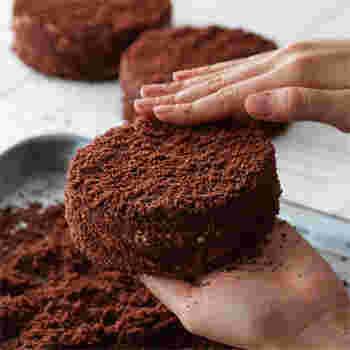 """「ルタオ」は、小樽市を中心に北海道のみに直営店を展開している洋菓子店です。こちらの人気のチョコレートケーキと言えば、コクのあるチーズケーキに上品なチョコレートを合わせた""""ショコラドゥーブル""""。さっぱりと甘さ控えめなので、ぺろりと食べてしまえるケーキです。"""