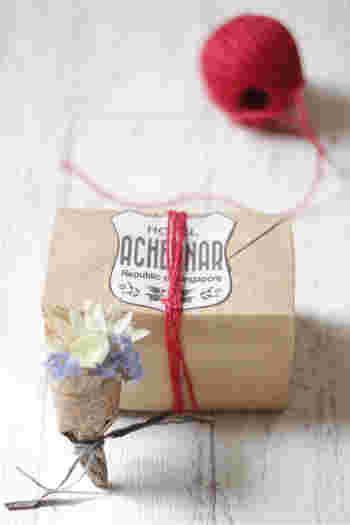 一文字掛けは、平たい箱にぴったりのシンプルな結び方。その分、飾りをさしこんだり、タグを付けたりとアレンジしやすかったりします。