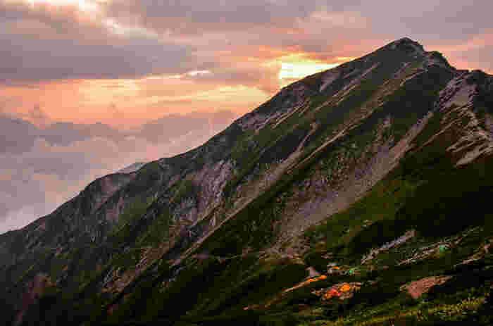 こちらは唐松岳の夕暮れ。ノスタルジックな雰囲気に、言葉を失いますね…。山頂の山小屋へ泊り、翌朝は朝日を見るという人も多いそうです。