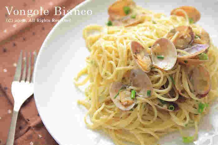 アサリやハマグリといった貝を使ったパスタとして親しまれている「ボンゴレビアンコ」。貝のふっくらとした食感、そして旨みがつまった出汁の味わいが人気で、イタリアンなど、パスタが美味しいお店の看板メニューになっていることも多いですよね、  そんな「ボンゴレビアンコ」を、ぜひお家で作って、満喫してみませんか。貝は一年中スーパーに並んでいるのがうれしいところ。そんな身近な食材なのに、殻付きのアサリなどは見た目が華やかで、おもてなし料理にぴったり。  美味しく作るポイントをおさえて、お家で簡単にプロの味を楽しみましょう♪