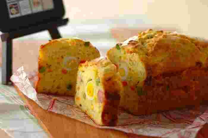 彩りになる野菜をたっぷり使い、ケークサレも作ってみましょう。ホットケーキミックスのおかけで丁度いい甘さもしっかり味わえます。