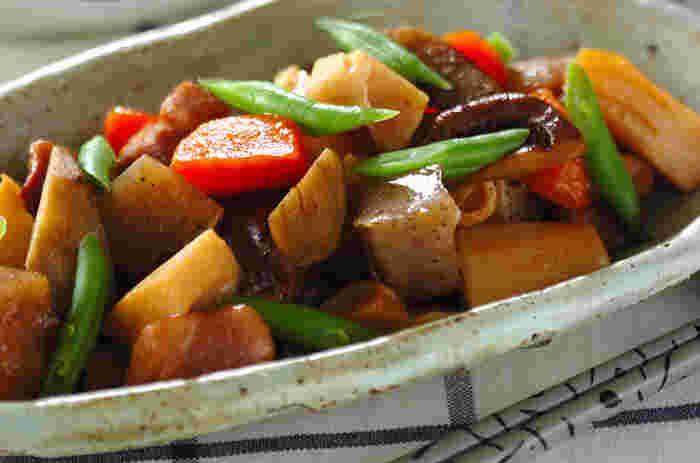 【鶏もも肉と根菜の煮物】 身体を温めてくれる根菜を使った煮物は、レンコン、ゴボウ、ニンジンなどたっぷり使っているので栄養と彩りのバランスも◎煮込むだけなので意外と簡単。しみじみとした味わいの煮物はいつ食べてもほっとしますね。
