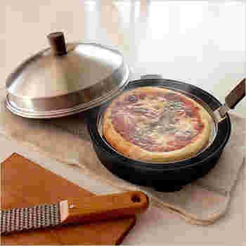 シンプルでコンパクトなアウトドアスタイルのピザオーブンです。二重蓋と本体の特殊構造によって、短時間でもピザを焼くことができるんです。柄をはずすことができるので、コンパクトに収納することができます。(19,440円)