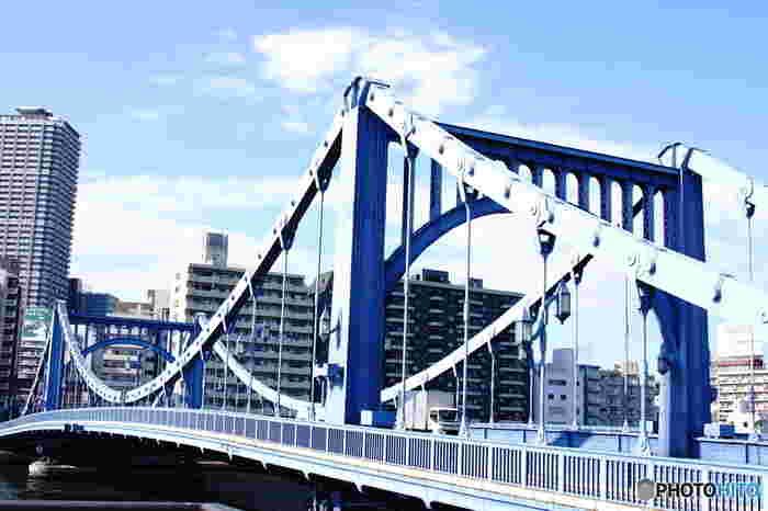 隅田川にかかる「清洲橋」。優雅な曲線を描く鉄製の吊り橋は、関東大震災の震災復興事業として架けられたものです。永代橋、勝鬨橋とともに重要文化財に指定されています。