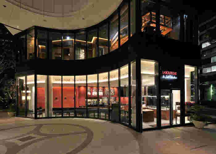 東京駅・有楽町駅から徒歩5分「丸の内ブリックスクエア」にある「ラ ブティック ドゥ ジョエル・ロブション」は、フレンチの王様『ジョエル・ロブション』のパティスリーとブーランジェリーのお店。ここでは、名店の味を気軽に楽しむことができますよ。