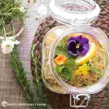 ハーブ&フルーツ&エディブルフラワーを使った、なんとも美しい酵素シロップ。眺めているだけで、幸せな気分。甜菜糖を使っています。