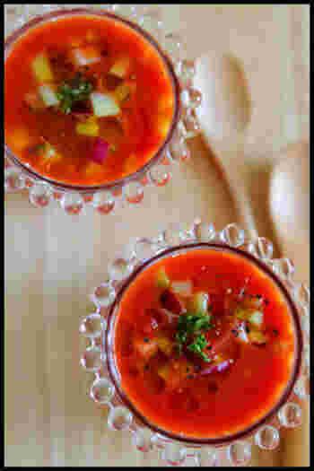 野菜ジュースを使うことで、火を使わずに冷たいスープを。トマトやきゅうりを切り、野菜ジュースや調味料を加えて混ぜるだけと簡単です♪ひんやりと冷やして召し上がれ。