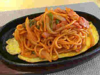 アツアツの鉄板に、卵の薄焼きを敷いた「ONエッグナポリタン」も食べてみたいひと品。昔ながらの太麺が、ちょっと濃いめのケチャップと相性抜群です。