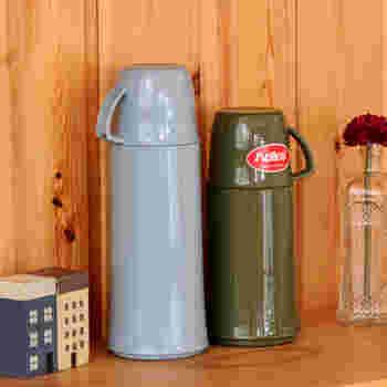 カラーも、レッド、ブルーの他にグレイやカーキなどのアースカラーもあり落ち着いた印象です。 こちらは本来卓上用魔法瓶ですが、横にせず持ち運べばこぼれることはないので、外出用に使っている方も多いです。