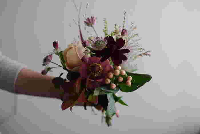 年間コースは、10回コースや4回コースなどあり、見事なミニブーケ 仕立ての季節の旬のお花がお家に届きます。旬のお花がお家にあるだけで、季節感あふれるうるおいのある空間を演出できて素敵。こちらも、毎回どんなお花が届くのか楽しみです。