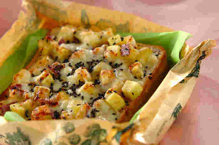 おやつにもおすすめの甘じょっぱさがクセになるトースト。サツマイモをたっぷり乗せることで食べ応えも十分です♪このトーストとスープがあれば十分満足ランチに。