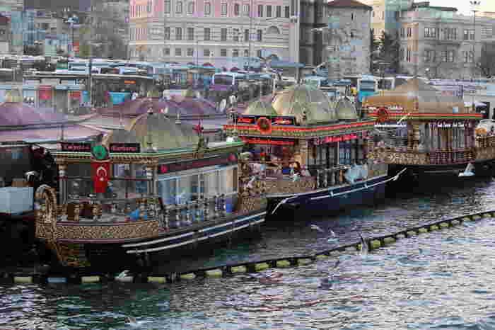 サバサンドは、広場の屋台だけでなく、接岸した屋台船でも売られています。派手な装飾の屋台船が連なる景観もイスタンブール・ガラタ橋あたりの名物だそう。