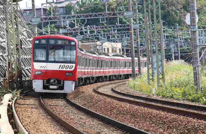 公共交通機関の場合も、品川から1時間ちょっとで到着します。京浜急行の新逗子駅、またはJR横須賀線の逗子駅から、いずれもバスに乗ります。今なら、京浜急行から「葉山女子旅きっぷ」というお得な切符が発売されています(女子旅ですが、男性も利用できますよ)。電車とバスのフリーきっぷに、ランチ、お土産までついて、品川から3000円と、とってもお得です。