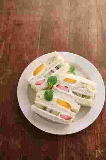 フルーツサンドはお好きですか?フルーツサンドもその場弁当にぴったりです。色とりどりのフルーツをタッパーに詰めたら、パンとお好きなクリームと一緒に持っていきましょう。クリームの代わりに水切りヨーグルトを使っても美味しいです。