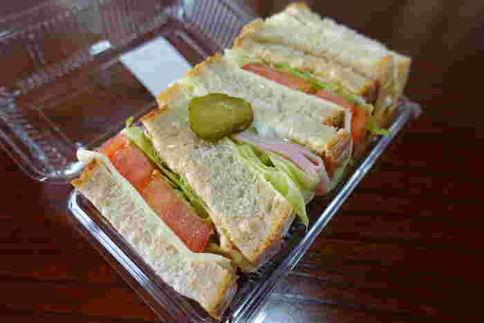 お野菜とハム、チーズがサンドされた「ヘルシーサンド」もおすすめです。ふんわりした食パンに、新鮮なお野菜の食感がたまりません。売り切れてしまうこともあるので、どうぞお早めに。