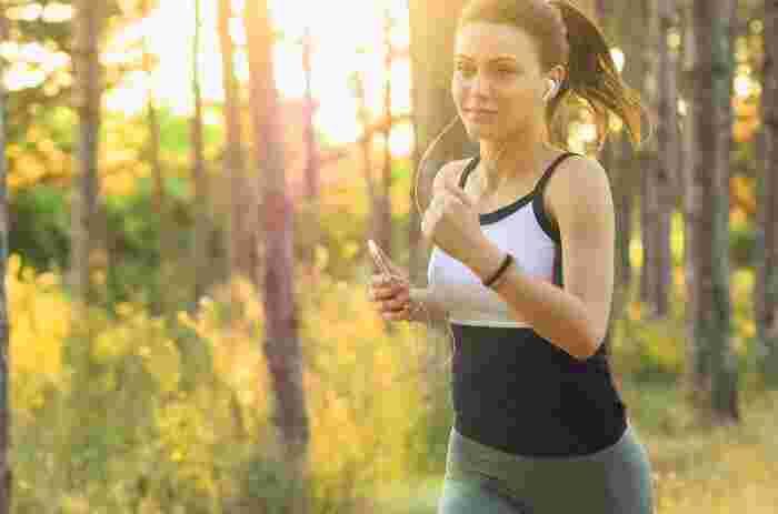 女性は冷え性の人が多く、筋肉も少ないので、とても肩がこりやすいです。気圧の変化でも体温が低下して体の強張りを感じるので、一層体調不良を引き起こしやすくなります。そうならないためにも、日常的に軽い運動は大事。ハードなことはしなくていいので、軽いランニングを1日10分程度行うだけでもだいぶ違います。