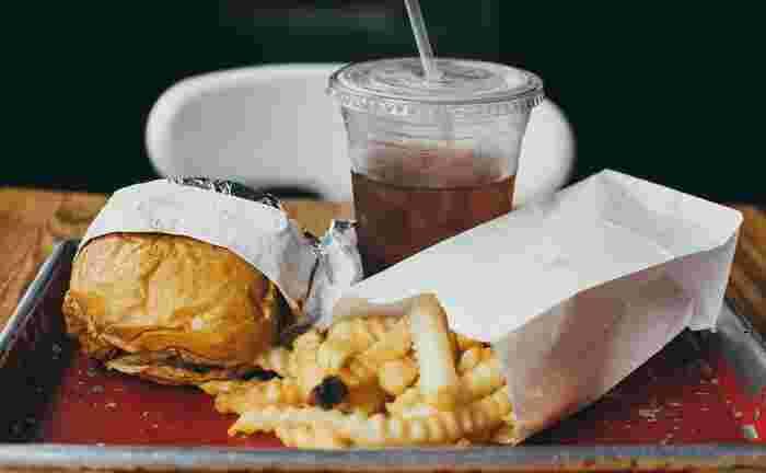 空腹時ついやってしまうのが、暴飲暴食。お腹が空いているとつい「よし、食べるぞ!」と意気込んでしまいますが、空腹時は特に摂取したものをカラダが吸収しようとしているので、気をつけたいところ。