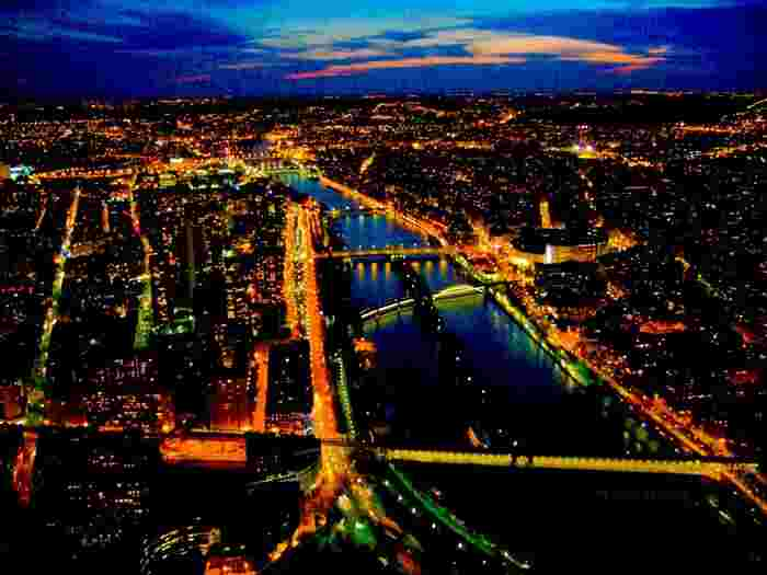 ヨーロッパの夜景はアジアでよく見られるカラフルなネオンとはちょっと違い、温かみのあるオレンジ色で統一された落ち着いた雰囲気が特徴です。旅行先で夕食を食べたあとに、ふらりとお散歩をしながら夜景を堪能するのも良いのではないでしょうか。一度見たらきっと忘れられなくなるような、とびきりロマンチックな夜景を楽しめますよ!