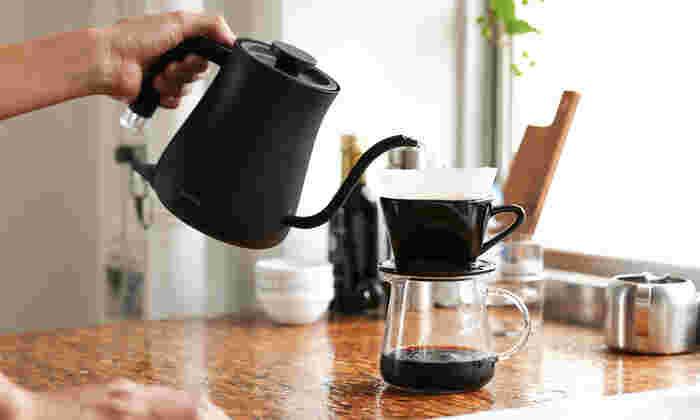 おしゃれなデザインと機能性を兼ね備えた素敵な「キッチン家電」は、女性にとって嬉しい贈り物です。たとえばコーヒーや紅茶、日本茶が好きな方には、見た目も美しい電気ケトルをプレゼントしてはいかがでしょう。こちらの「BALMUDA The Pot(バルミューダ ザ ポット)」は、小ぶりのサイズで女性でも使いやすく、朝食やティータイムなど日常の様々なシーンで活躍しますよ。