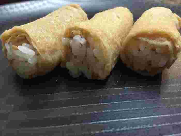 油揚げにもこだわりが。熊本県の名産品である「南関揚げ」を使っていて、お麩のようにふわふわの油揚げで、ごはんを包んでいるんです。一般的な袋状のいなり寿司よりもごはんがほどけやすく、繊細な味わいが楽しめます。ここでしか食べられないとあって、差し入れや手土産にすれば喜ばれること間違いなしです。