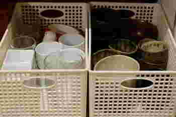 おちょこや豆皿など小さな物がたくさんある場合は、カゴにまとめておくと必要な時に探しやすく、落としにくいので安全ですね。