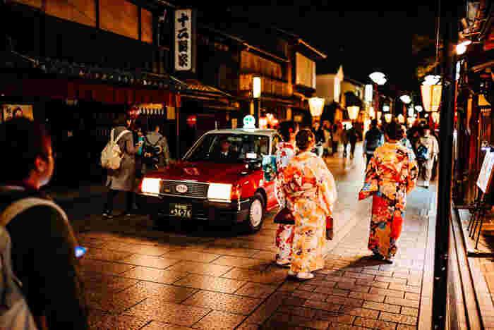 夜の祇園は、また違った雰囲気になります。