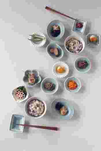 日本人の元気の源の和食を少しずつ盛り付けて。 どれから食べようかワクワクするような食卓ですね。