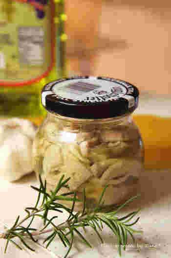 お刺身用が余ってしまったら、オイル漬けにして保存食にするという斬新なアイデア。ハーブ入りのオイルで煮ます。こちらは、マグロなどを使っていますが、カツオでも美味しそう。サラダのトッピングにもいいようです。