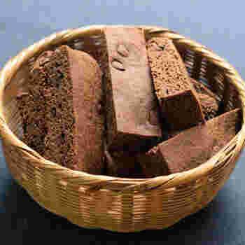 砂糖を入れずにあっさりとした風味で仕上げたプロテインバーです。簡単に美味しく作れるよう、15回も試作されたそう。チョコチップがほのかな甘みと味のアクセントになっています。  バターを使うことで、市販のものよりも、体に優しいプロテインバーに。三時のおやつにも食べられる美味しいプロテインバーです。