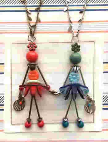 ペールがかった色あいがフランスらしい。花型のボタンをスカートに見立てたバッグチャームを作ります(長さ9.5cm)。