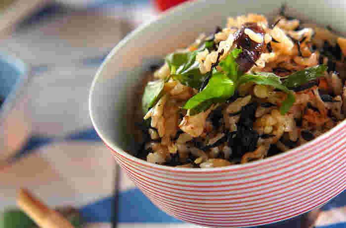 エノキ、シイタケ、そしてヒジキがたっぷりと入った、身体が喜ぶ健康炊き込みご飯♪ミョウガの香りが口いっぱいに広がります。おにぎりにしても、美味しくいただけますよ。