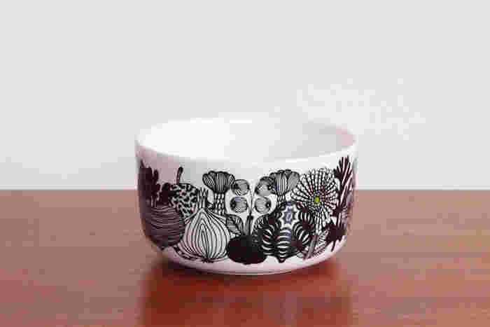 独立100周年記念のボウル。黒の線画で描かれた花と白の潔いコントラストがシック素敵です。 スープやシリアルにぴったり。マリメッコらしく、ワンポイントとしてグリーンが絵に入っているのもおしゃれですね。 手にすっぽりと収まるサイズなのも魅力です。