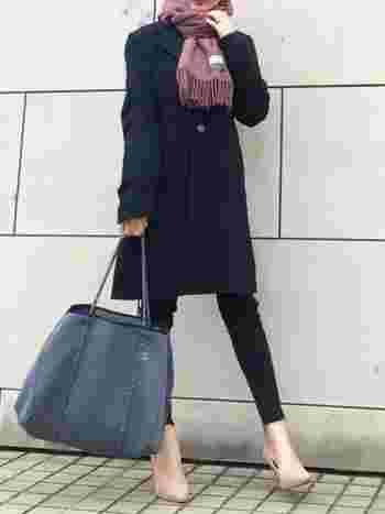 このくらい落ち着いたブルー(グレーがかったブルー)であればバッグも使いまわししやすいですね。パンプスとスカーフをピンク系の濃淡カラーでまとめているのも真似したいおしゃれテクニック。洋服はブラックでも小物の色使いで軽やかに見えます。