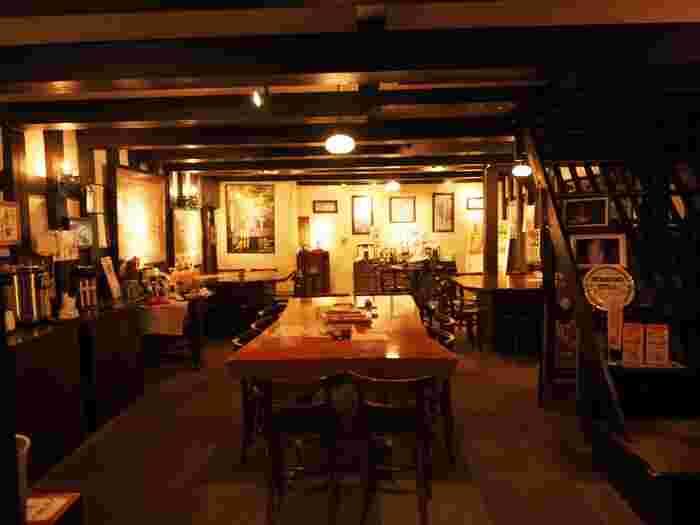 収納庫だった場所を休憩スペースとして開放しています。黒漆喰の落ち着いた空間で160年以上受け継がれる伝統の味に舌鼓。ほんのり甘じょっぱい醤油アイスがいただけますよ。