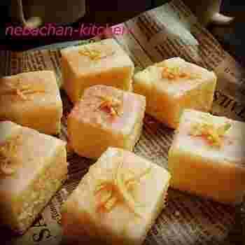 千切りのレモンの皮が風味を引き立ててくれます。キューブ型に切って整えたら完成です。