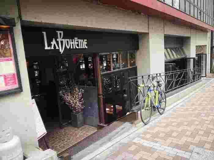 麻布十番駅4番出口から徒歩約3分の場所にある『カフェ ラ・ボエム 麻布十番』。夜はバーとして、27時過ぎまで営業しています。そして夜だけでなく、お昼のランチやカフェタイムも人気のお店です。