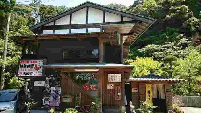 鹿児島の美味しいお肉をたべるなら「地鶏の里 永楽荘」がおすすめです。車でしか行けない山奥にありますが、県内外からここの薩摩地鶏・黒豚・黒牛を目的に訪れる人も多い名店なので、予約しておくのが確実です。